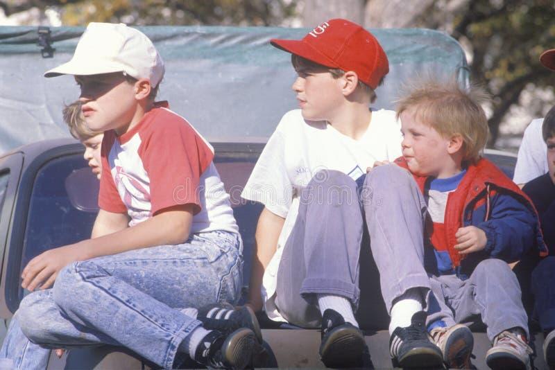 Meninos em uma camionete imagens de stock royalty free