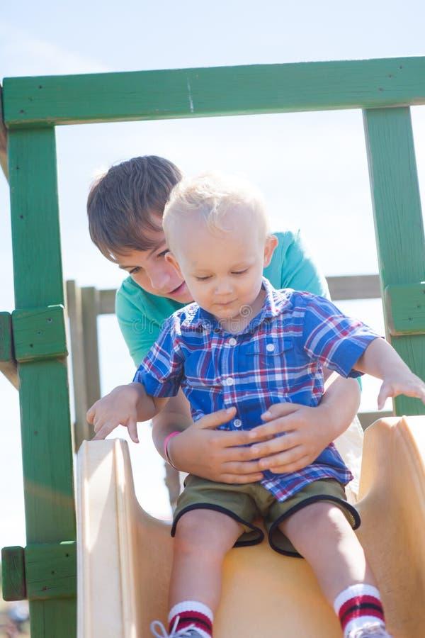 Meninos em uma corrediça fotografia de stock royalty free