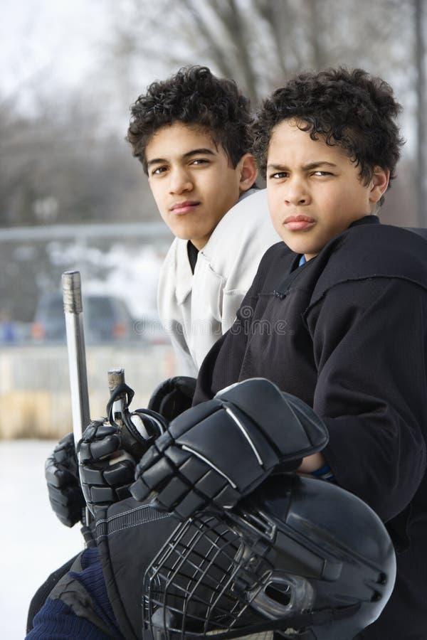 Meninos em uniformes do hóquei. imagem de stock royalty free