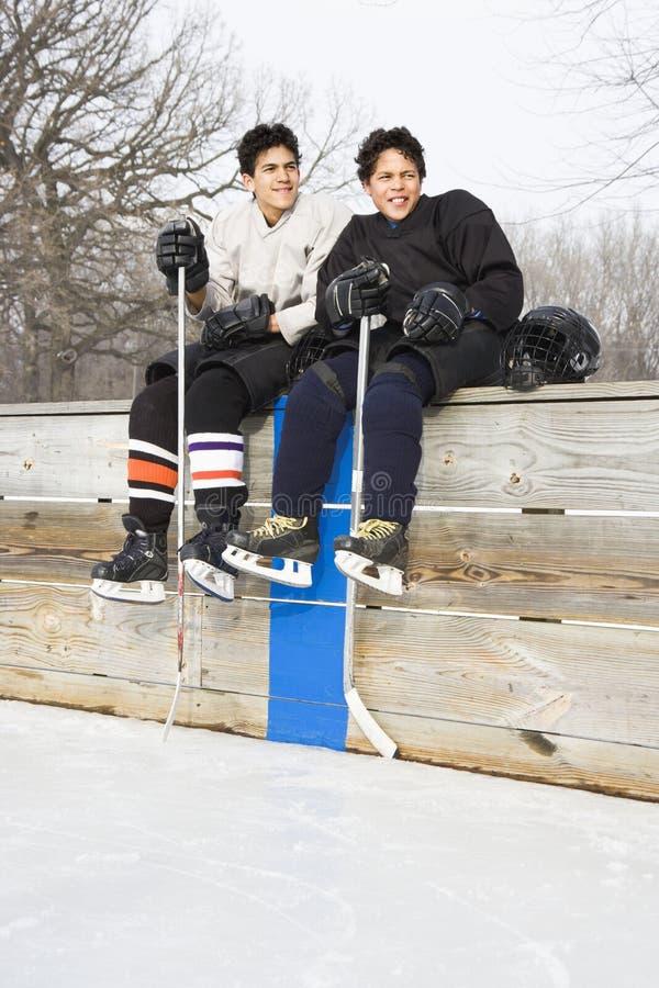 Meninos em uniformes dos esportes. fotos de stock