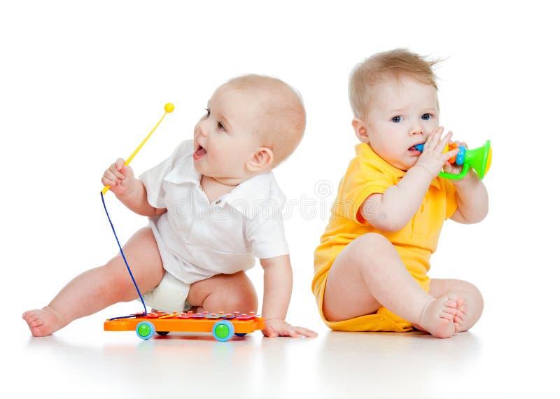 Meninos engraçados com brinquedos musicais imagens de stock