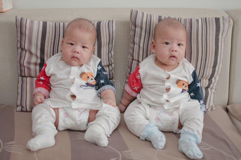 Meninos gêmeos asiáticos imagem de stock royalty free