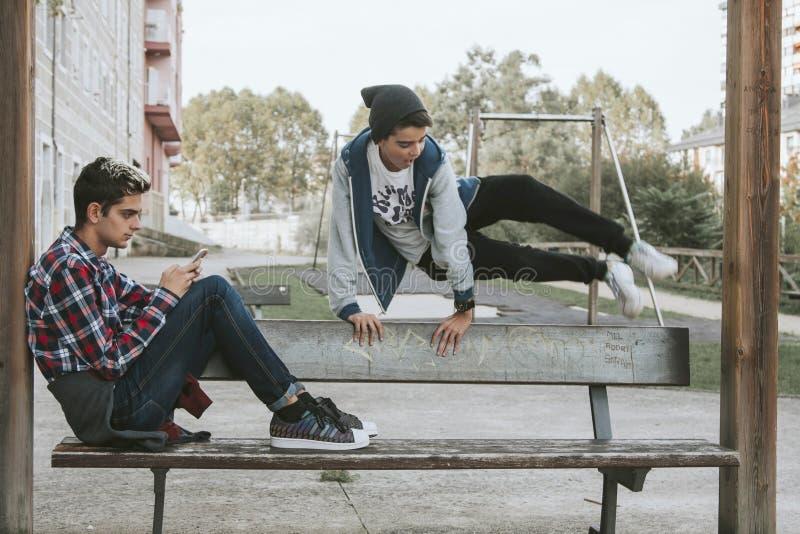 Meninos no parque urbano imagem de stock