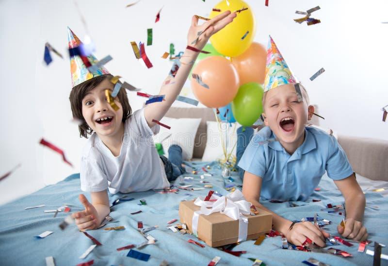 Meninos novos alegres que mostram o humor festivo foto de stock