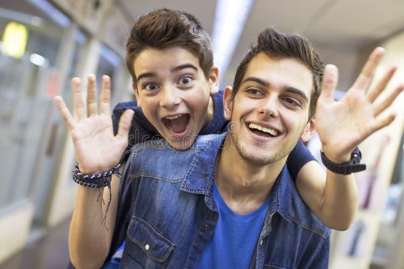 Meninos novos de sorriso e de ondulação imagens de stock royalty free