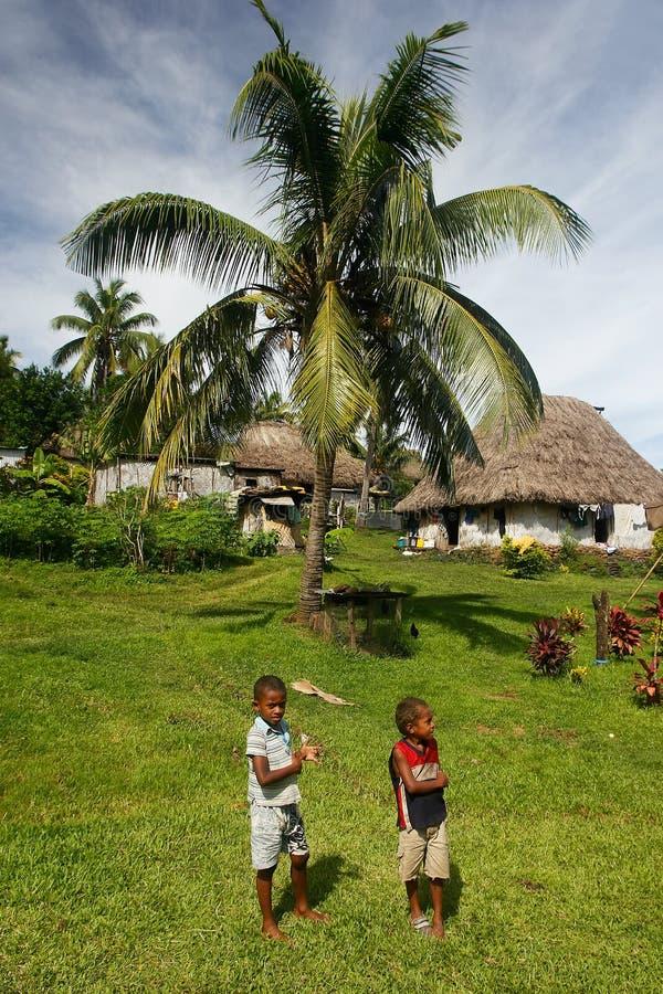 Meninos novos que andam em torno da vila de Navala, Viti Levu, Fiji fotografia de stock royalty free
