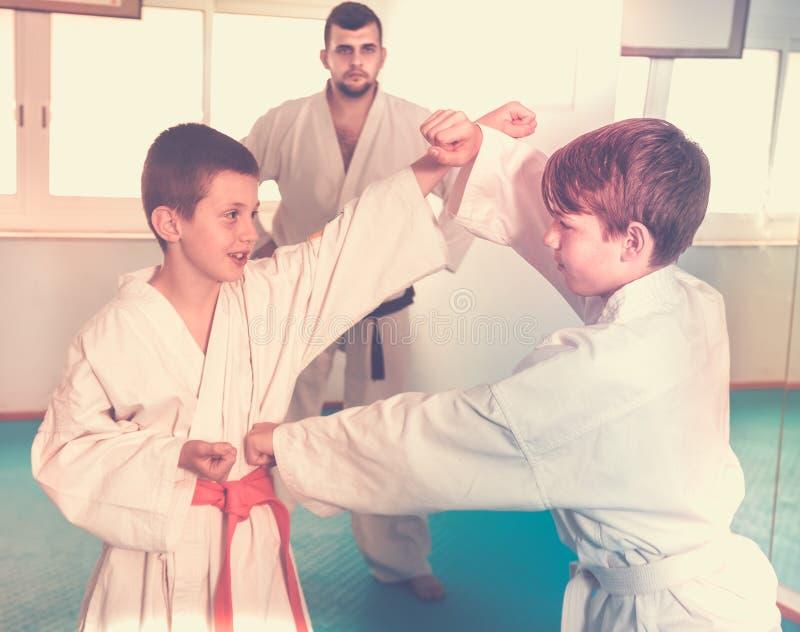 Meninos novos que treinam nos pares imagem de stock royalty free