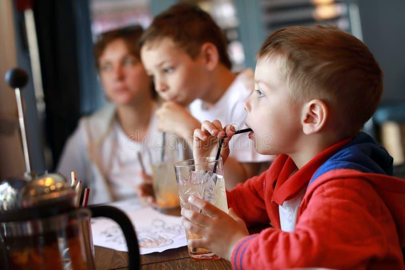 Meninos que bebem a limonada imagem de stock