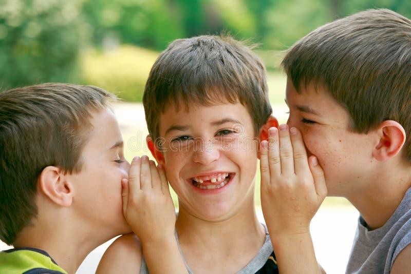 Meninos que dizem segredos fotos de stock royalty free