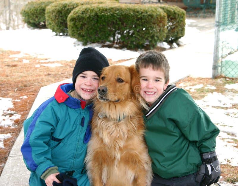 Meninos que jogam fora na neve imagem de stock
