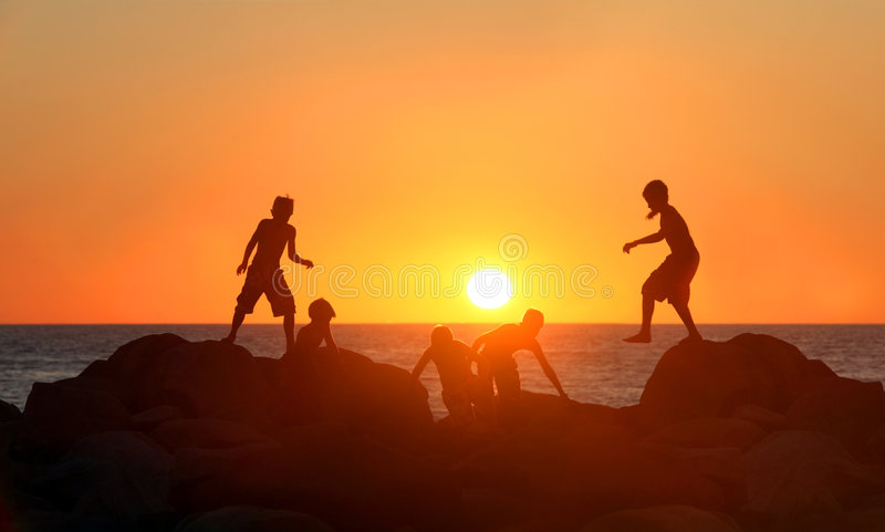 Meninos que jogam na praia imagem de stock