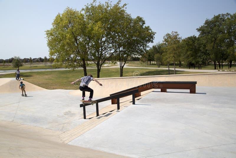 Meninos que jogam no parque Frisco Texas do patim imagem de stock