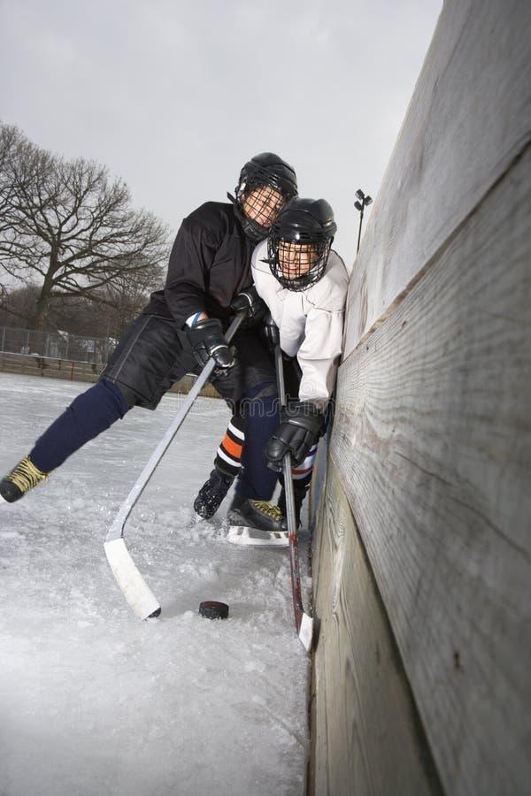 Meninos que jogam o hóquei de gelo. fotos de stock royalty free
