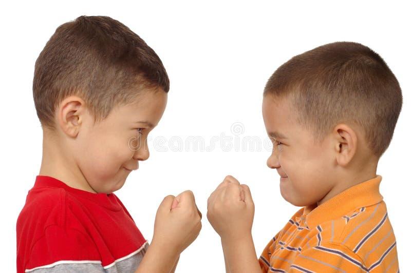 Meninos que lutam 5 e 6 anos velho imagens de stock
