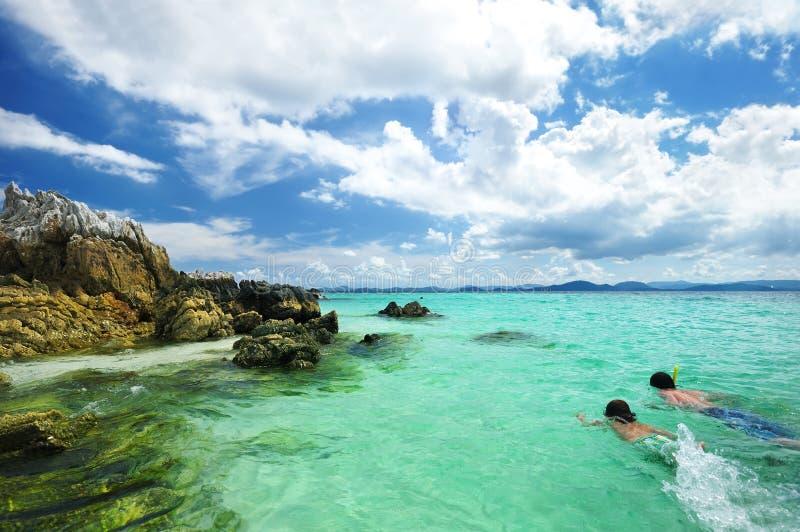 Meninos que snorkeling fotos de stock royalty free