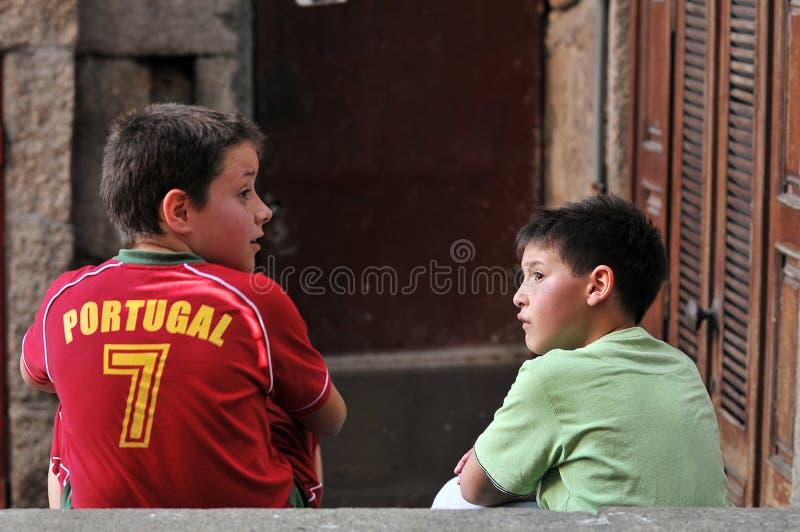 Meninos que tomam sobre o futebol fotografia de stock