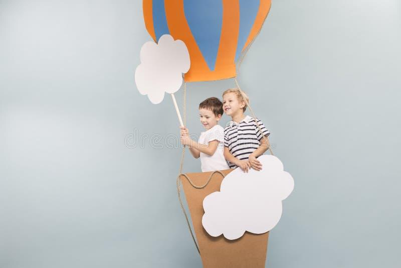 Meninos que tomam um voo do baloon fotos de stock
