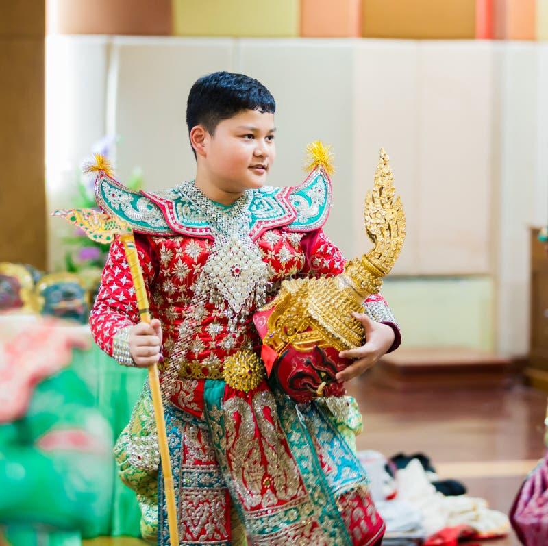 Meninos que vestem a pantomima tailandesa, desempenhos da pantomima imagens de stock royalty free