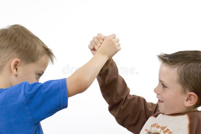Meninos/que wrestling fotografia de stock