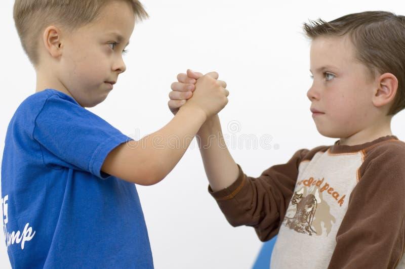 Meninos/que wrestling fotos de stock
