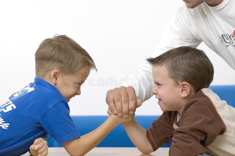 Meninos/que wrestling imagens de stock