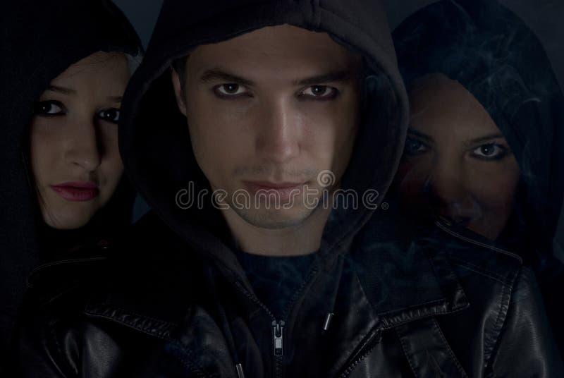 Meninos ruins com a capa na noite imagem de stock