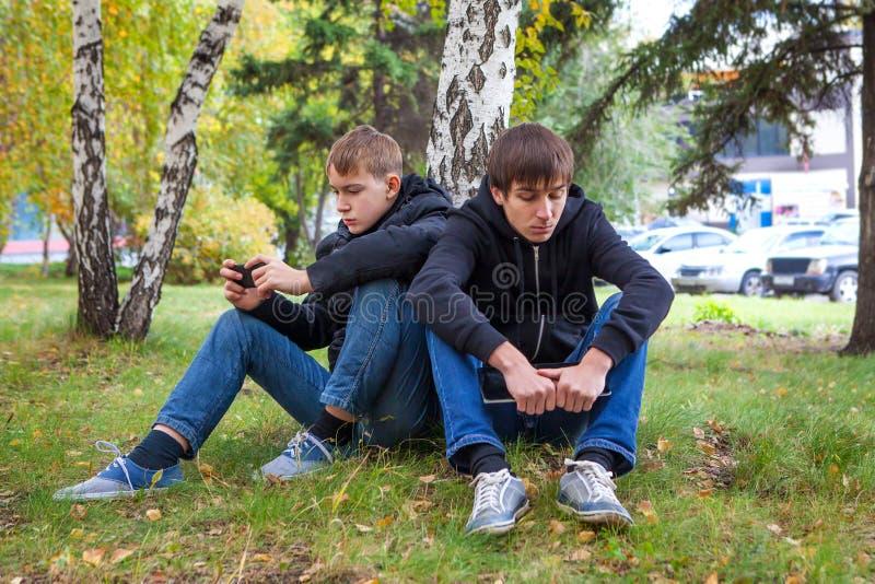 Meninos tristes exteriores imagens de stock royalty free