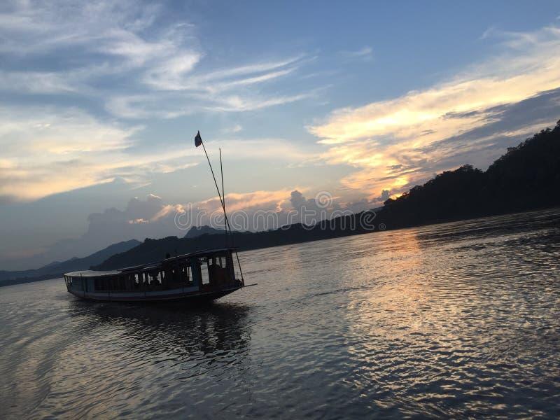 menkong rivierboot stock foto