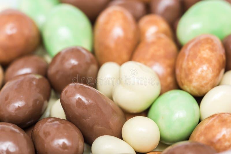 Download Mennica I Biali Dojnej Czekolady Cukierki Zdjęcie Stock - Obraz złożonej z zmrok, nikt: 53779990