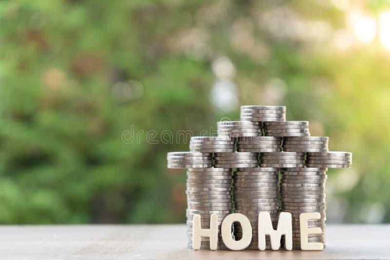 Mennicza sterta z domu modelem, domowa wiadomość, oszczędzanie plany dla mieścić, zielony tło, pieniężny pojęcie fotografia royalty free