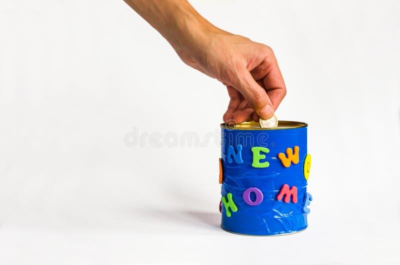 Mennicza wszywka w handmade pieniądze pudełko z Nową domową inskrypcją na białym tle Frontowy widok fotografia stock