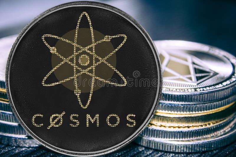 Menniczy cryptocurrency kosmosu atom na tle sterta monety fotografia stock