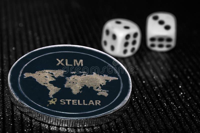 Menniczy cryptocurrency xlm i toczne kostki do gry fotografia royalty free