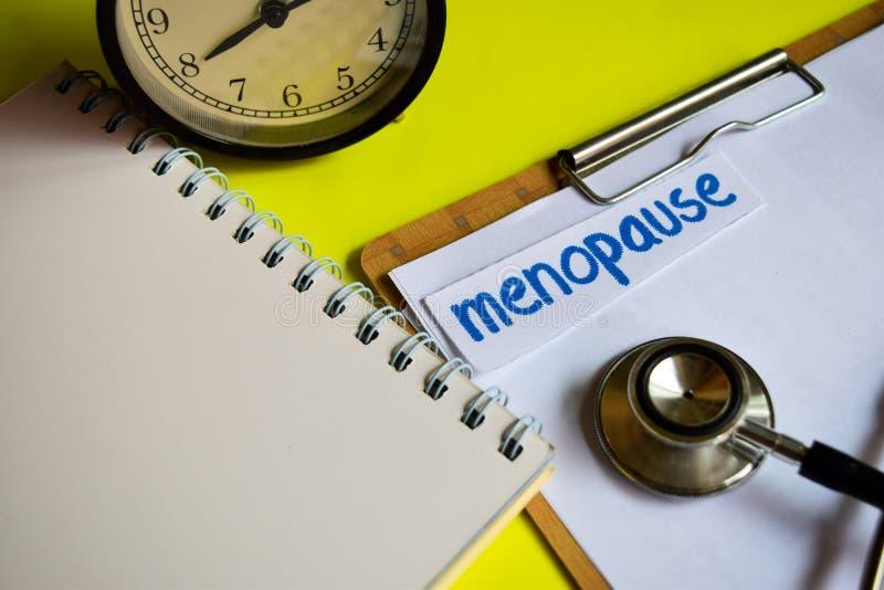 Menopausa na inspiração do conceito dos cuidados médicos no fundo amarelo imagem de stock