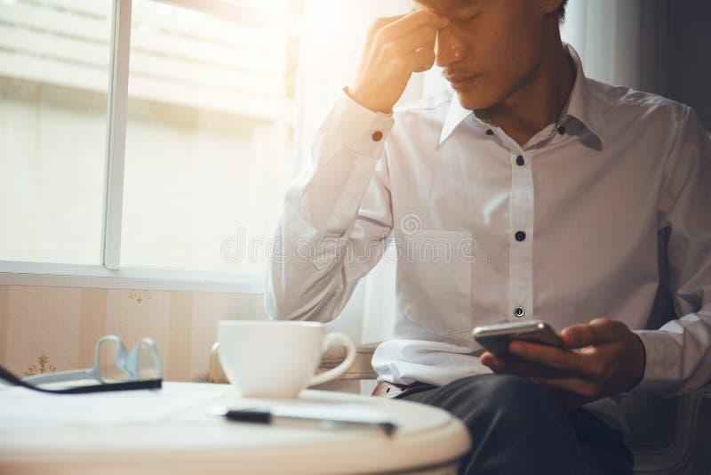 Menopauzalni mężczyzna cierpią od migren fotografia stock