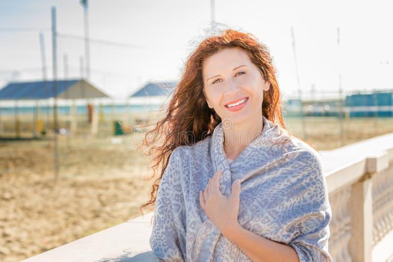 Menopauzalny kobiety ono uśmiecha się zdjęcie royalty free