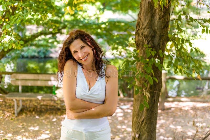 Menopauzalny kobiety przytulenie herself zdjęcia royalty free