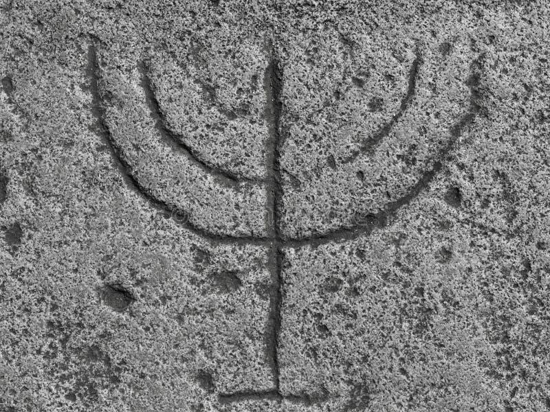 Menora, geschnitzt im Stein stockfoto