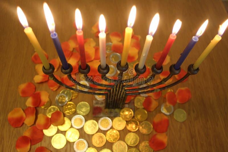 Menorah с свечами и шоколадом чеканит Хануку и Judaic символ праздника стоковые изображения