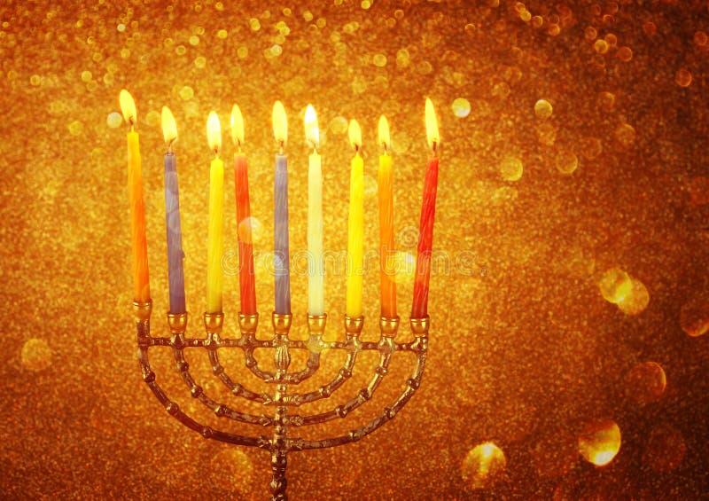 Menorah с candels и предпосылкой светов яркого блеска концепция Хануки стоковое фото rf