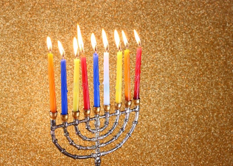 Menorah с candels и предпосылкой светов яркого блеска концепция Хануки стоковая фотография