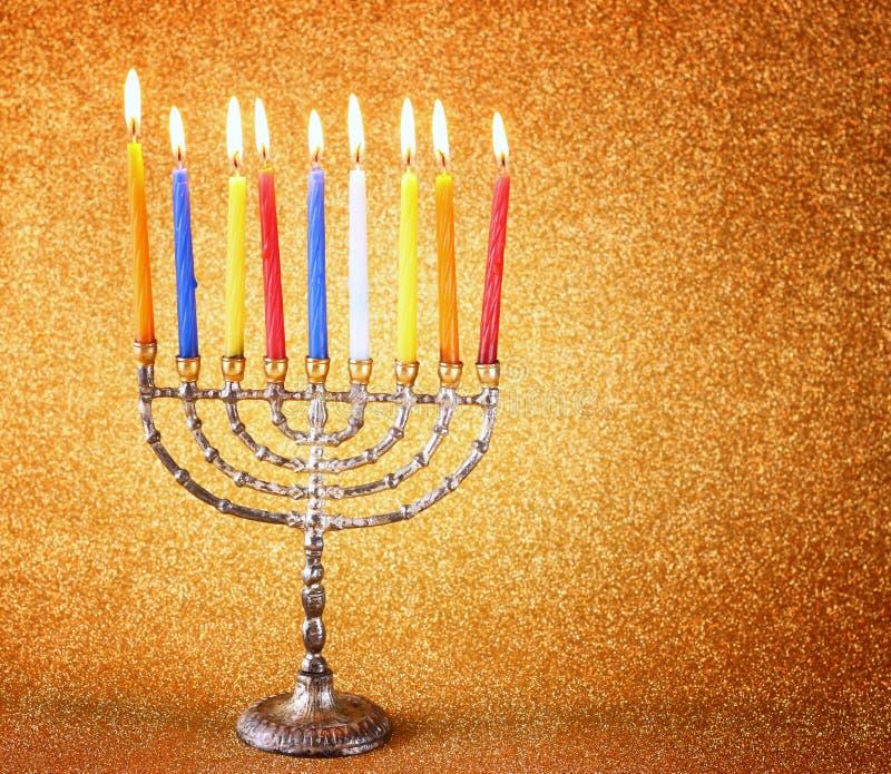 Menorah с candels и предпосылкой светов яркого блеска концепция Хануки стоковые изображения rf