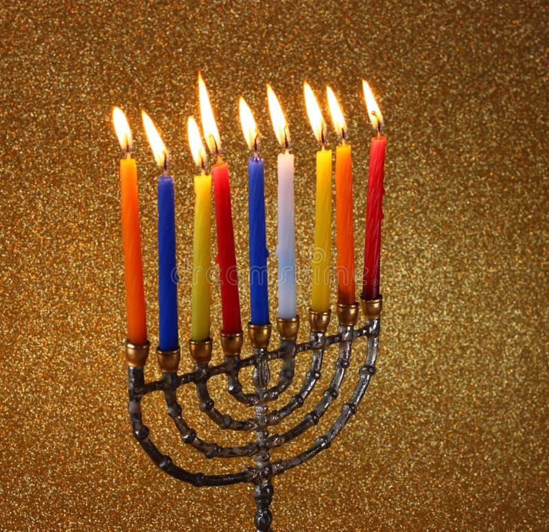 Menorah с candels и предпосылкой светов яркого блеска концепция Хануки стоковые фото