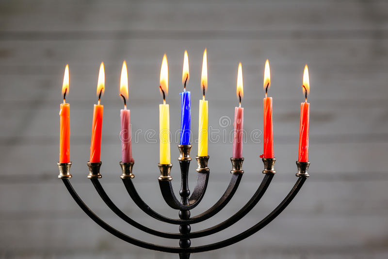 Menorah Хануки с горением свечей счастливым стоковые фотографии rf