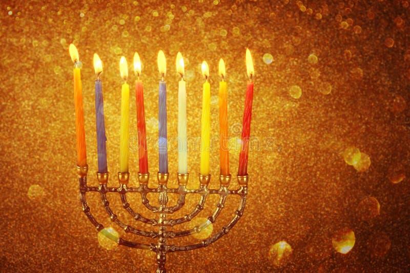 Menorah avec les candels et le fond de lumières de scintillement concept de Hanoucca photo stock