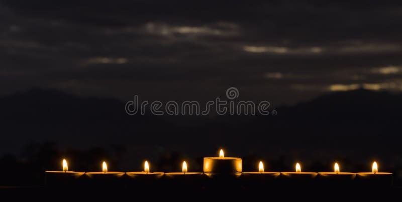 Menorah com as luzes do brilho das velas imagens de stock royalty free