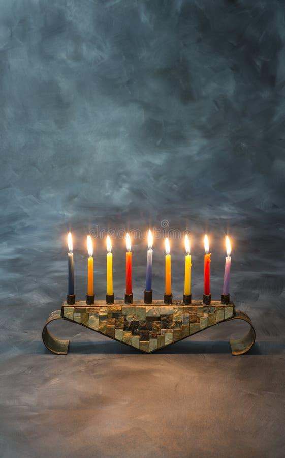 Menorah con las velas ardientes para Jánuca imagen de archivo