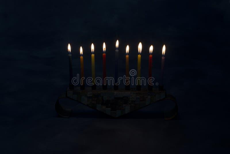 Menorah con las velas ardientes para Jánuca foto de archivo libre de regalías