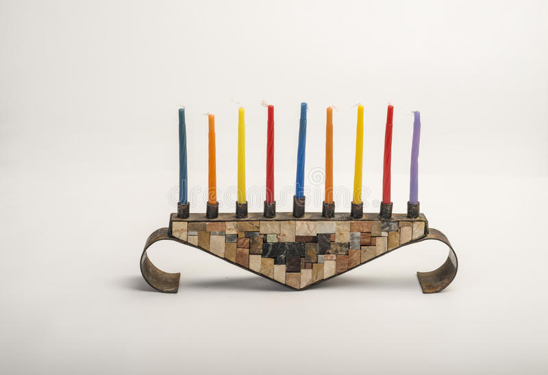 Menorah con las velas ardientes para Jánuca fotos de archivo