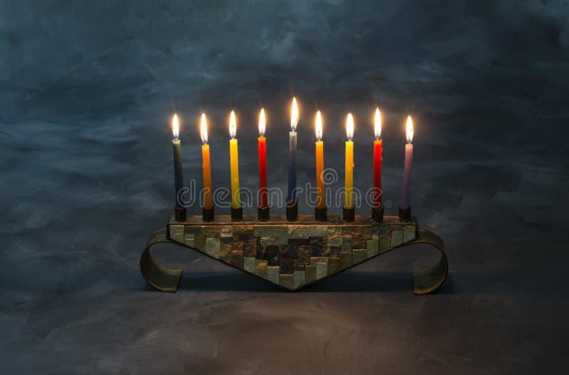 Menorah con le candele brucianti per Chanukah fotografie stock libere da diritti